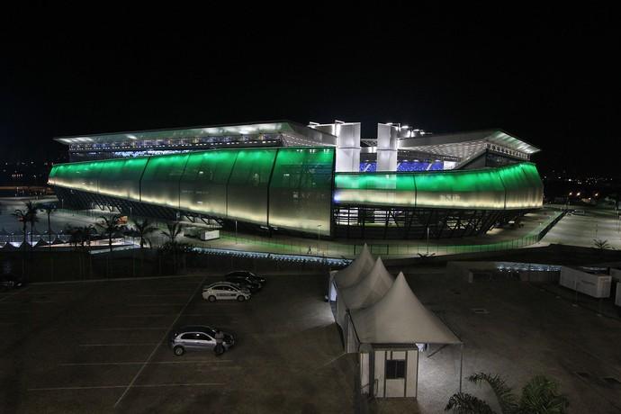 Arena Pantanal iluminada de verde e amarelo (Foto: Edson Rodrigues/Secopa-MT)