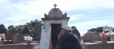 Homem mora há 11 anos em túmulo de cemitério no Paraná (Reprodução)