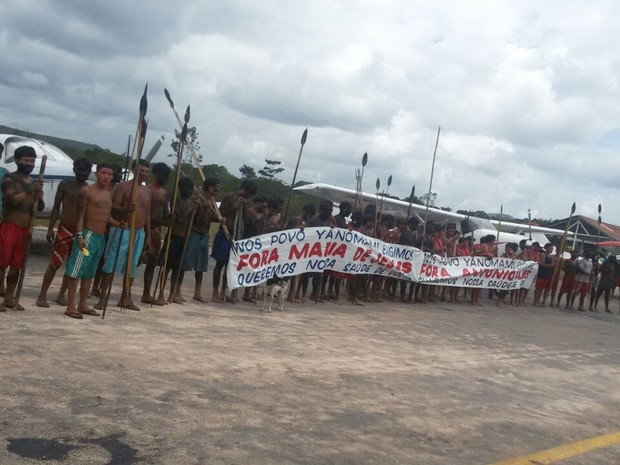 Cerca de 200 índios armados com arcos, flechas e facões mantêm os funcionários reféns na região de Surucucus, no interior da Terra Indígena Yanomami, em Roraima (Foto: Arquivo pessoal)
