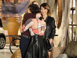 Sônia abraça Liara (Foto: Cheias de Charme / TV Globo)