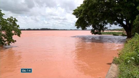 Cheia faz moradores das margens do Rio Doce serem retirados de casa