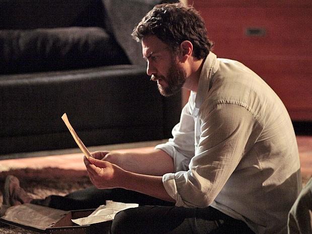 Rodrigo fica intrigado com o retrato encontrado (Foto: Amor Eterno Amor/TV Globo)