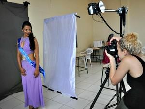 Fotógrafa australiana veio dos EUA para registrar concurso em MS (Foto: Hélder Rafael/G1 MS)