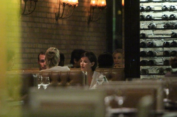 Deborah Secco e Roger Flores em restaurante na Zona Oeste do Rio (Foto: Delson Silva/ Ag. News)