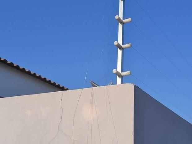 Cerca elétrica da casa foi danificada pelo suspeito  (Foto: Diego Pereira/ Mais Tupã)