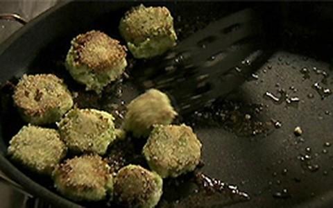 Nigella ensina aos filhos como fazer bolinhos de brócolis e ervilha