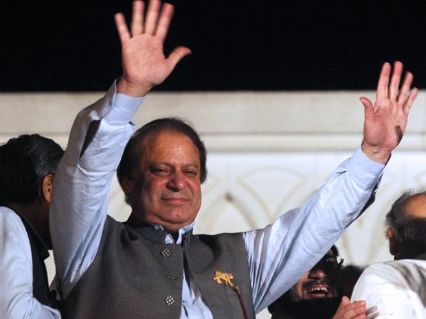Ex-primeiro-ministro Nawaz Shariff reivindicou vitória neste sábado para uma multidão no Paquistão (Foto: Arif Ali/AFP)