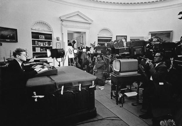 O presidente John F. Kennedy anuncia o bloqueio naval a Cuba, durante a crise dos mísseis em 1962 (Foto: Getty Images)