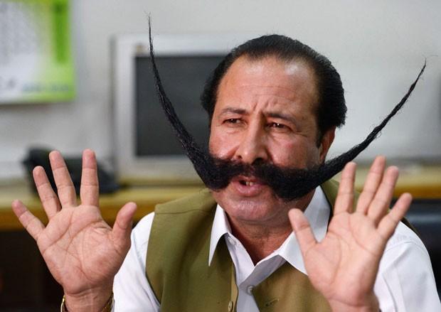 Malik Afridi exibe seu bigode de 76 centímetros (Foto: A. Majeed/AFP)