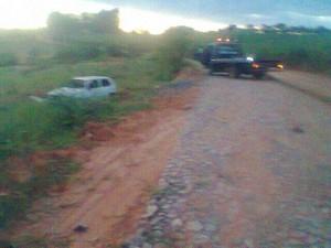 Capotamento de carro após tentativa de assalto em Dores do Indaia (Foto: Polícia Militar/ Divulgação)