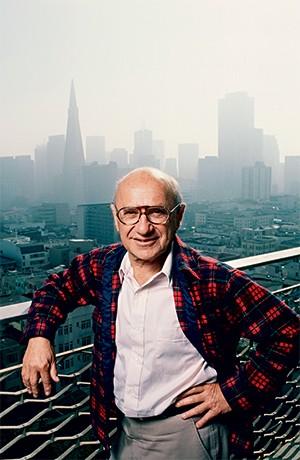 NA PRÁTICA O economista liberal Milton Friedman na sacada de casa, em 1986. Ele concebeu o vale-educação nos anos 1950 –  e ajudou o Chile a implementar a ideia (Foto: George Rose/Getty Images)