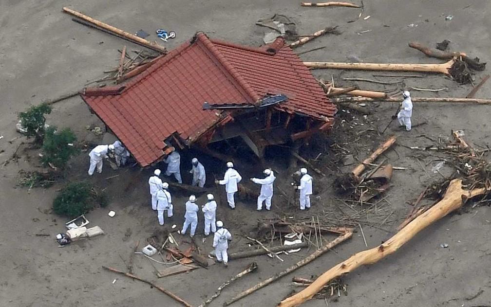 Enchente levou, destruiu e engoliu casa em Fukuoka (Foto: Kyodo / via REUTERS)