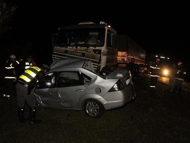 Colisão entre carro e caminhão na Rodovia Ronan Rocha deixa dois mortos (Foto: Ângelo Pedigone/Comécio da Franca)