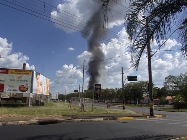 Fumaça de incêndio em pátio da Prefeitura de Pirassununga ultrapassou 20m (Foto: Ademir Naressi/arquivo pessoal)