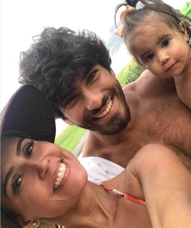 Deborah Secco, Hugo Moura e a filha Maria Flor (Foto: Instagram / Reprodução)