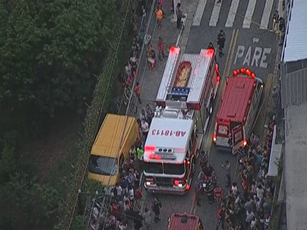 Van dos Correios roubada atropela pedestres em Osasco (Foto: Reprodução/TV Globo)