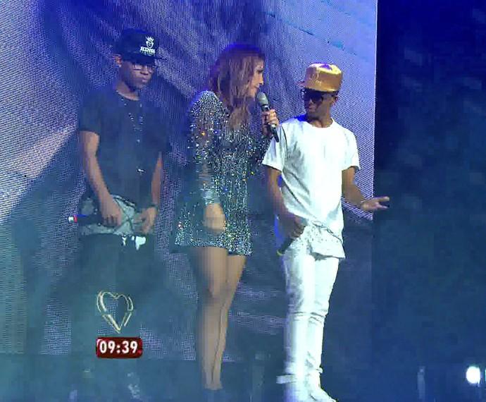 Ivete divide palco com Lucas e Orelha (Foto: TV Globo)
