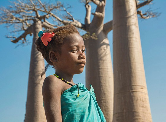 Uma menina Sakalava na Alameda dos Baobás (Foto: © Haroldo Castro/Época)