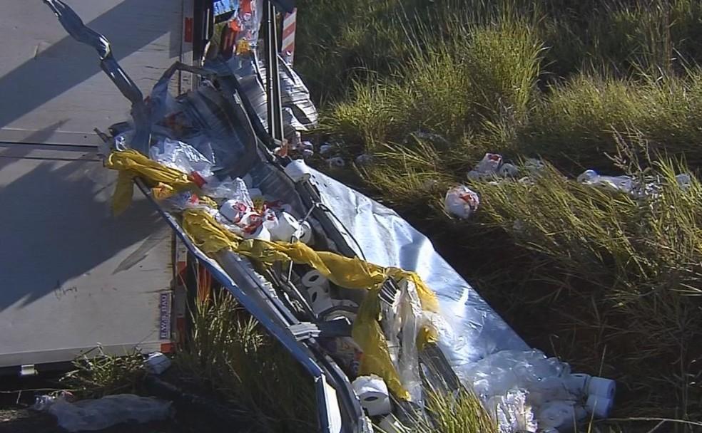 Parte da carga ficou espalhada após o caminhão cair e tombar em Marília  (Foto: Reprodução/ TV TEM )