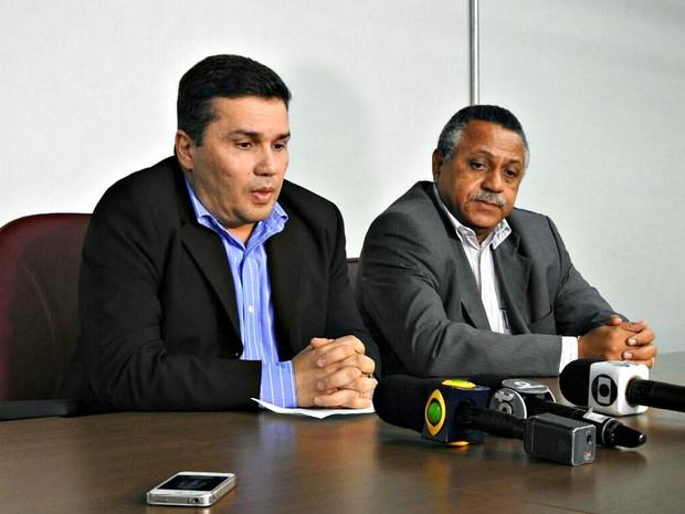 Sergio Fontes e delegado geral adjunto Izair Soares falaram sobre sumiço de delegado (Foto: Adneison Severiano/G1 AM)