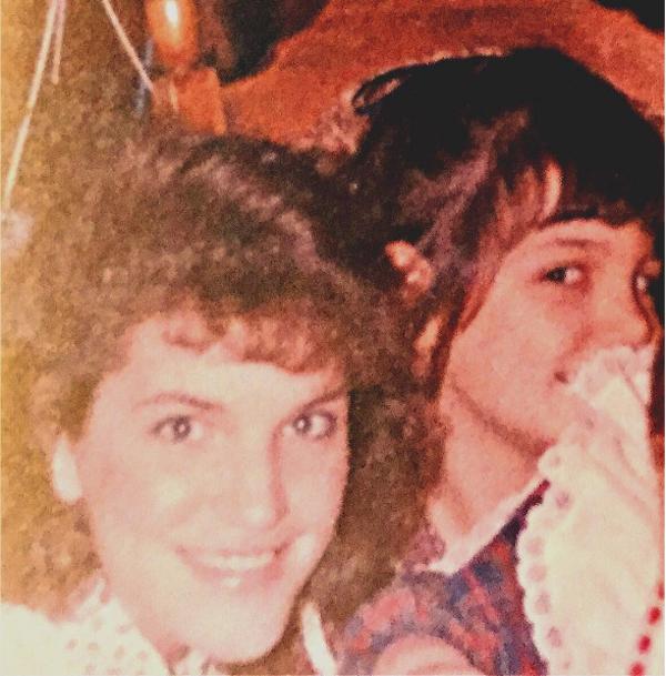 Katie Holmes ainda criança ao lado da irmã mais velha (Foto: Instagram)