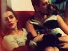 Cleo Pires se diverte com os cachorros e o marido