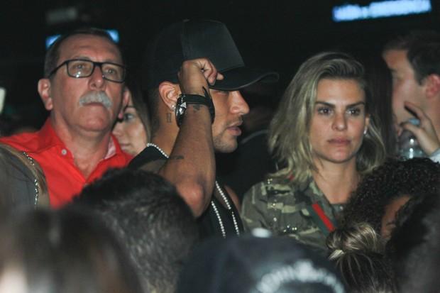 Lívia Lemos curtindo show ao lado de Neymar (Foto: Amauri Nehn / BrazilNews)