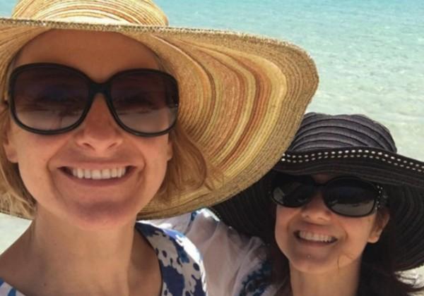 """Elizabeth Gilbert, autora de """"Comer, Rezar e Amar"""", ao lado de Rayya Elias (Foto: Reprodução/Facebook)"""