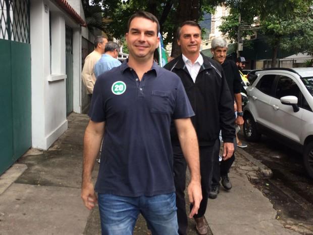 Candidato Flávio Bolsonaro votou em colégio na Tijuca na manhã deste domingo (Foto: Fernanda Rouvenat / G1 Rio)