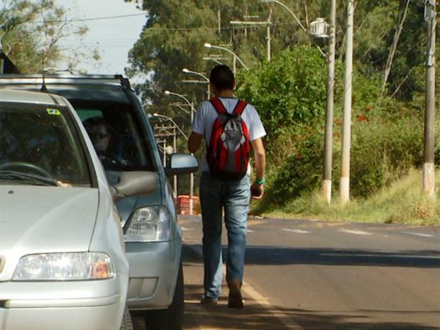 Estudantes e pais têm que andar no acostamento para evitar acidentes (Foto: Reprodução/ EPTV)