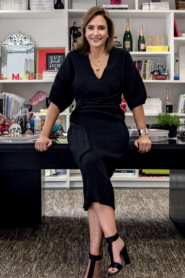 Tânia Otranto usa vestido Cris Barros e joias Tiffany&Co., no escritório de sua agência de comunicação, em São Paulo (Foto: Arquivo Pessoal)