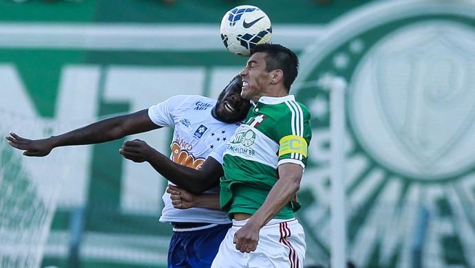 Disputa de bola entre os zagueiros Manoel e Lúcio que resultou na lesão do palmeirense (Foto: Marcello Zambrana/Light Press)