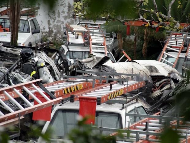 Avião caiu em estacionamento de empresa e destruiu 20 carros (Foto: Alberto Araújo/Estadão Conteúdo)