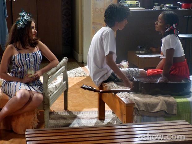 Ela observa o amor entre o amigo e Lorena, sua namorada (Foto: Malhação / TV Globo)
