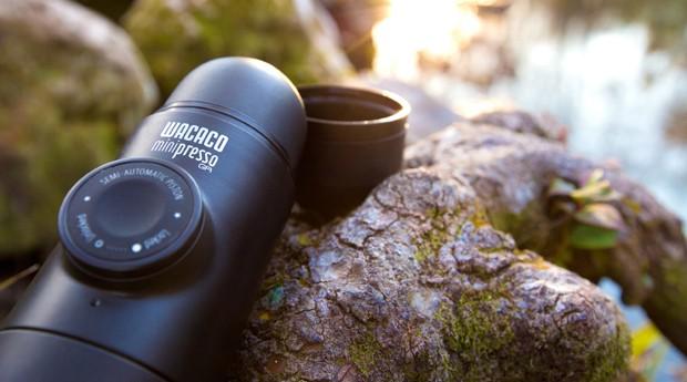 Máquina portátil faz café expresso em qualquer lugar