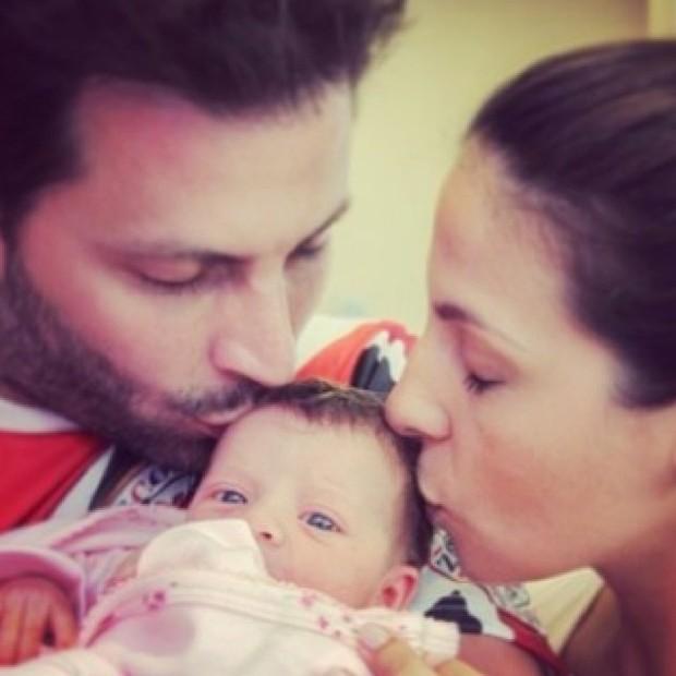 Henri Castelli, a mulher, Juliana Despirito e a filha, Maria Eduarda (Foto: Instagram / Reprodução)