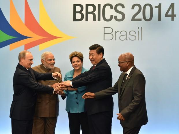 O presidente da Rússia, Vladimir Putin, primeiro-ministro da Índia, Narendra Modi, Dilma Rousseff, presidente da China, Xi Jinping, e da África do Sul, Jacob Zuma (Foto: Nelson Almeida/AFP)