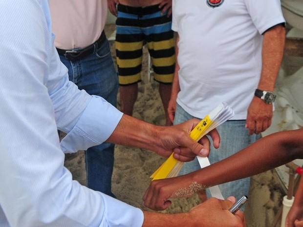 Pulseiras serão distribuidas para menores de 18 anos, como medida preventiva (Foto: Petra Mafalda/PMF)