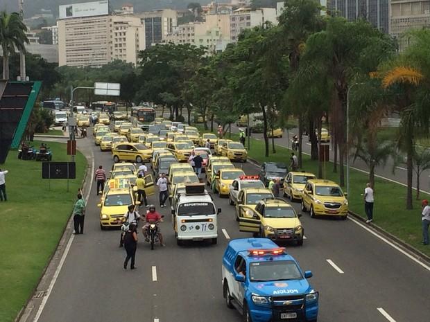 Táxis fazem carreata para o Centro em protesto contra o Uber no Rio (Foto:  Fernanda Rouvenat/G1)