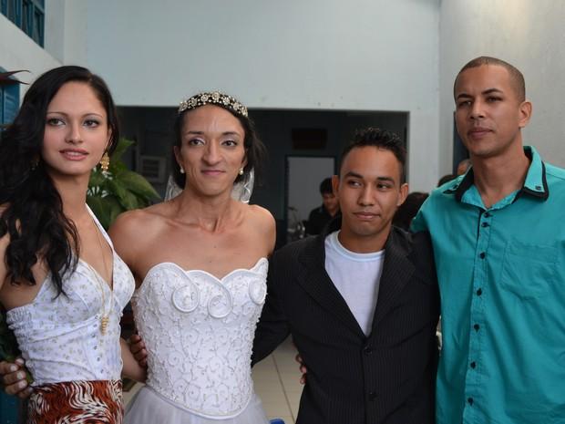 Casal recebeu amigos após a cerimônia em Cuiabá. Um deles é Sandy (primeira à esquerda), travesti condenado por homicídio. (Foto: Denise Soares/G1)