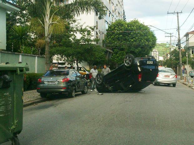 Carro capotou no bairro Campo Grande, em Santos (Foto: Antonio de Carvalho Filho / A Tribuna Online)
