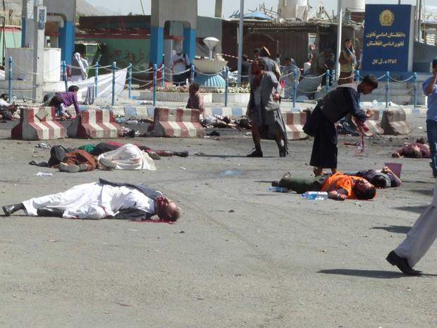 Vítimas ficaram caídas no chão após explosões em Cabul, no Afeganistão, deixarem dezenas de mortos e centenas de feridos (Foto: Reuters)