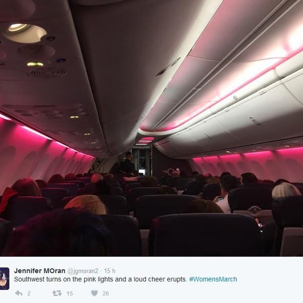 A passageira Jennifer Moran também compartilhou um clique da iluminação em tom político (Foto: Reprodução)