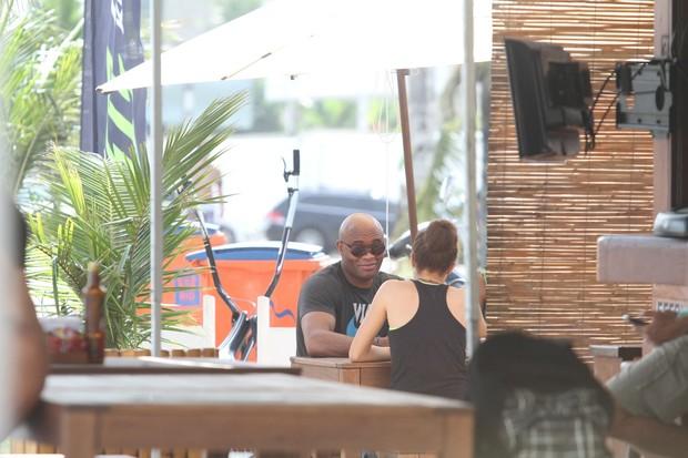 Anderson Silva e família na orla da Barra da Tijuca, RJ (Foto: Wallace Barbosa/AgNews)
