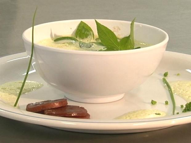 Caldo verde leva couve, creme de leite, bacon e calabresa (Foto: Reprodução RPCTV Noroeste)