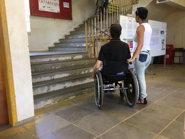Luciano Santos de Vargas vota em escola que não tem acessibilidade (Foto: Fábio Almeida/RBS TV)