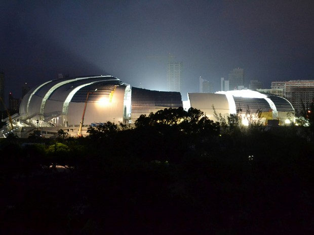 Visão externa da Arena das Dunas, em Natal, durante o pré-teste da iluminação (Foto: Jocaff Souza)