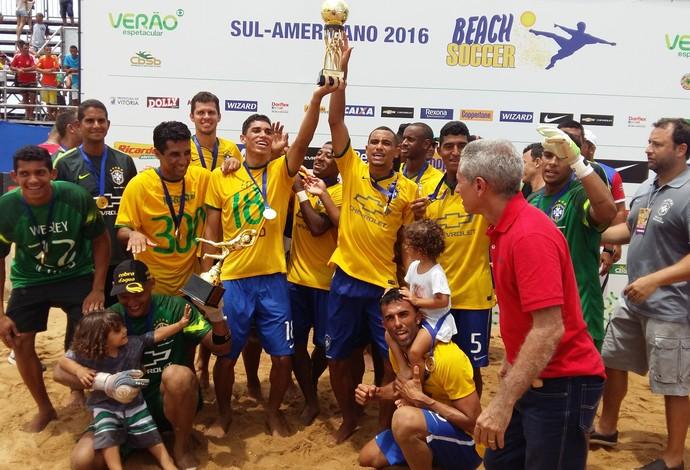Campeões do Sul-American, brasileiros festejam na areia (Foto: André Rodrigues/Globo Esporte ES)