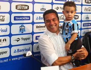 Vanderlei Luxemburgo com o neto na coletiva de imprensa (Foto: Lucas Uebel/Divulgação/Grêmio)