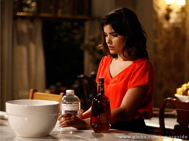 Aline mistura alguma coisa na bebida de César (Foto: Inácio Moraes / TV Globo)